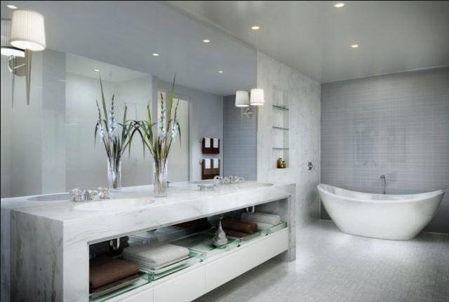 Baño elegante con bañera de barco