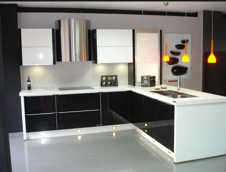Cocina con peninsula, muebles blancos y negros