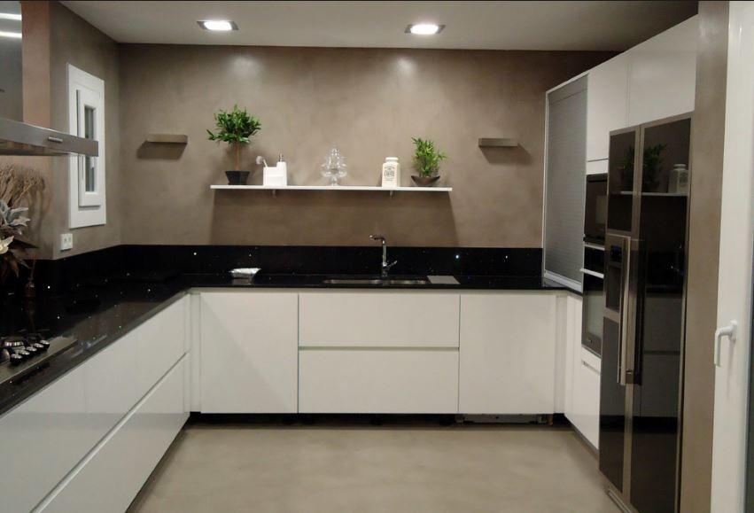 Cocina marron, encimera negra y muebles blancos