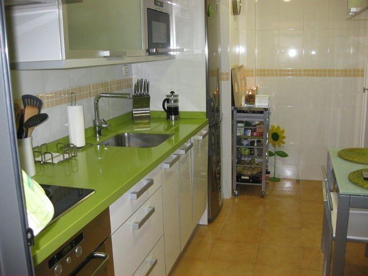 Cocina verde, blanco y marron