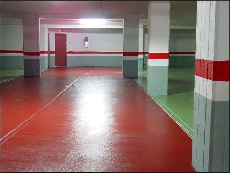 Garaje blanco, suelo rojo y verde rayas blancas, zocalo verde y rojo