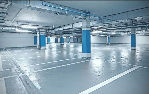 Garaje con suelo gris y rayas blancas, resto blanco y azul. jpg