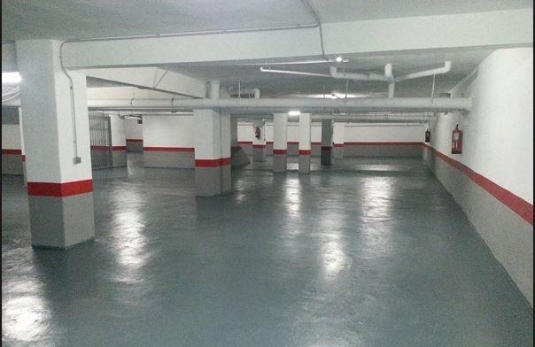 Garaje pintura suelo en gris con zocalo gris y rojo, resto en blanco