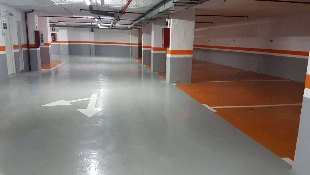 Garaje suelo gris y naranja, zocalo gris franja naranja resto blanco