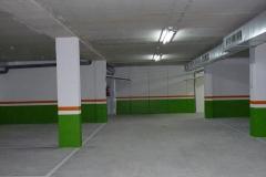 Garaje con zocalo verde, raya roja y paredes en gris