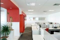 Sala en tonos rojo y blanco