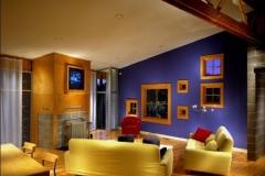 Sala violeta con toques naranjas y ocres