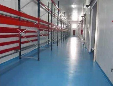 Almacen distribuidor, suelo azulado resto blanco con rayas rojas