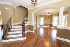 Pintores: Sala en tonos ocres con escalera y tarima jatoba