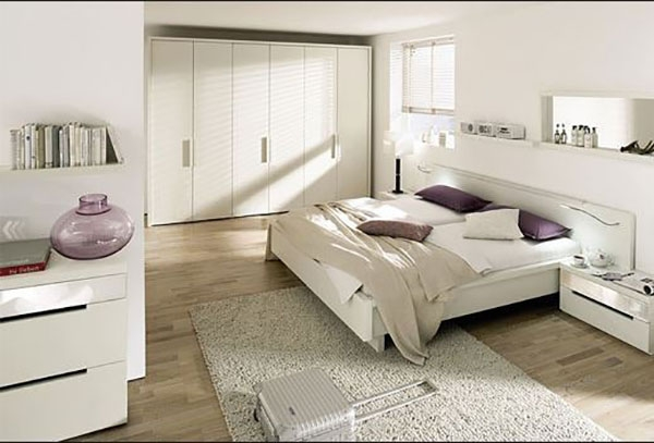 Dormitorio blanco con tarima blanca