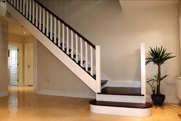 Escalera color beig en dos tramos