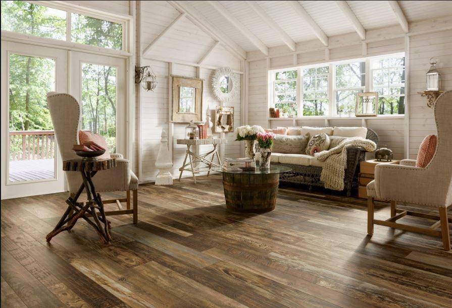 Salon blanco sobre madera