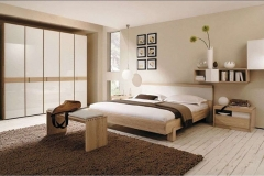 Dormitorio color crema con tarima de pino