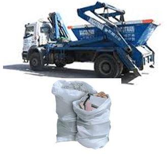 Camión transportando un contenedor vacío de basura y 2 sacos de obra procedente de demoliciones