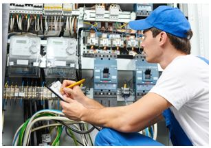 Arcolínea: Electricista montando un cuadro eléctrico complejo con varios diferenciales y muchos automáticos.