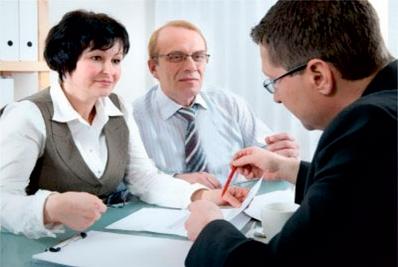 Arcolínea: Pareja a la espera de firmar un contrato u obra.