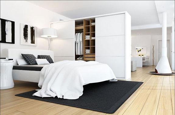 Arcolínea: Dormitorio matrimonio con muebles lacados en blanco y suelo tarima de pino con bisel