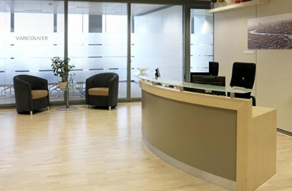 Arcolínea: Recepción oficina con suelo tarima laminada de haya