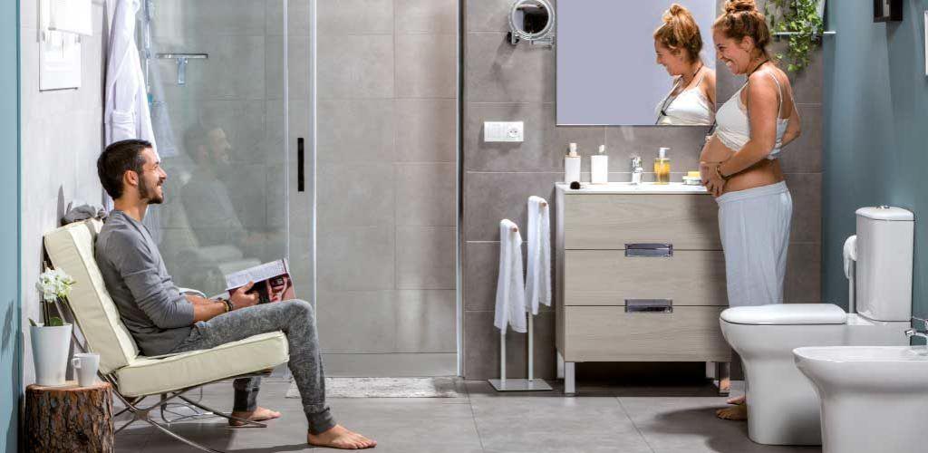 Reformas de baños. Pareja jóvenes en baño reformado disfrutando